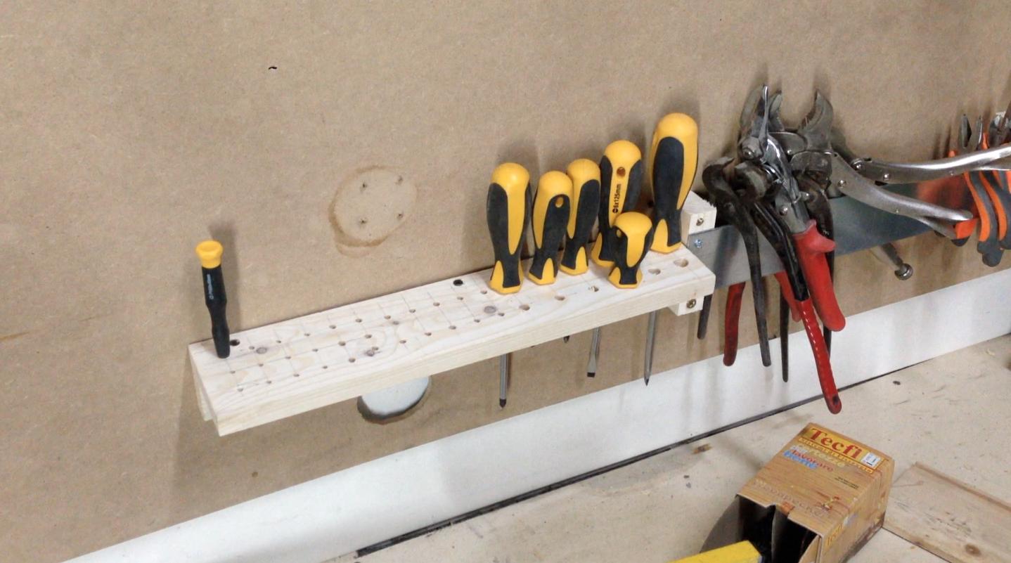 Come costruire una parete porta attrezzi gratis makers - Parete in legno fai da te ...